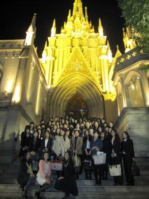 大聖堂の前で集合写真